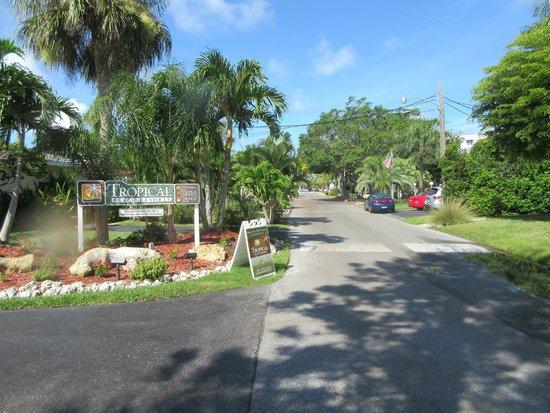 Tropical Beach Resorts: Vista da rua de acesso à praia