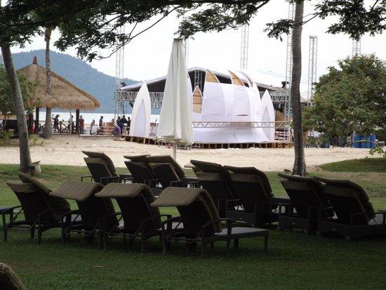 Shangri-La's Rasa Ria Resort & Spa: Wedding being set up