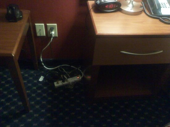 Best Western La Plata Inn: Power Strip Cord Mess for Hotel Items