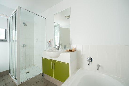 Tall Timbers Tasmania: 1 & 2 Bedroom Apartments Bathroom