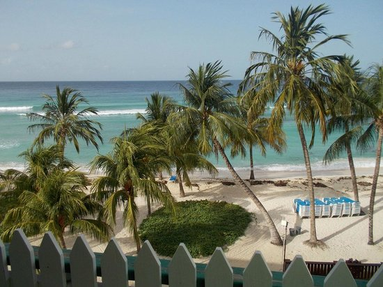 Coconut Court Beach Hotel: View of the beach from our balcony at the Coconut Court Hotel