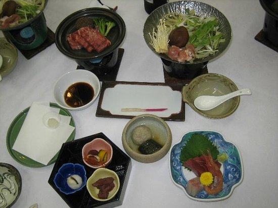Hotel Gujo Hachiman: 空いているお皿に後から鮎の塩焼きと揚げ物が来ました。