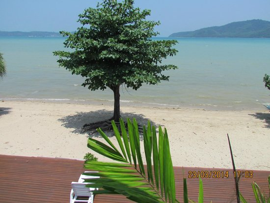 Chalong Beach Front Residence: на берег и море