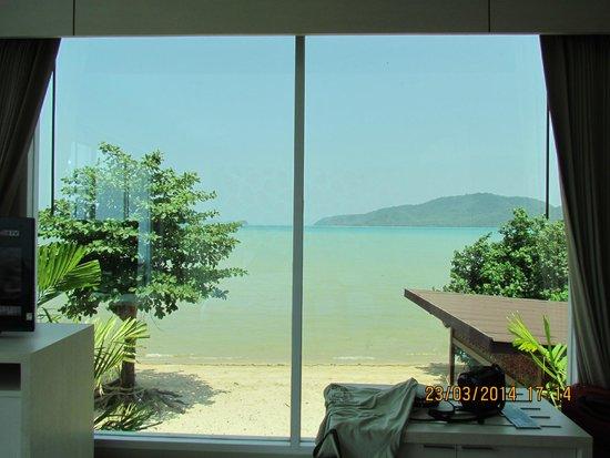 Chalong Beach Front Residence: в даль вид с витража
