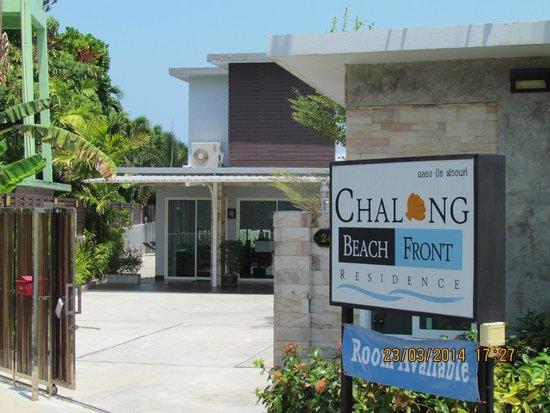 Chalong Beach Front Residence: вход на территорию отеля