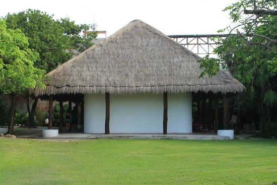 Zona arqueológica El Rey: The visitor center, where you can buy your tickets with pesos or dollars