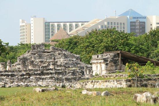 Zona arqueológica El Rey: Building of El Rey, with Cancun hotels in the distance