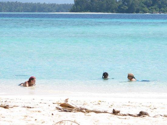 Guadalcanal Island, Salomonøerne: Guests enjoying Marau pristine water