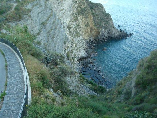 Baia di Sorgeto: Единственное место на Искье, где меня до волдырей ужалила медуза