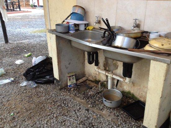 Kalulu Backpackers Hostel : The kitchen sink