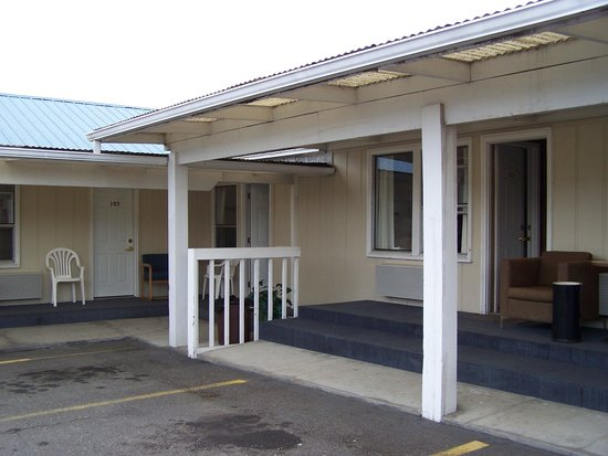 Sundowner Motel: Small porches with seating