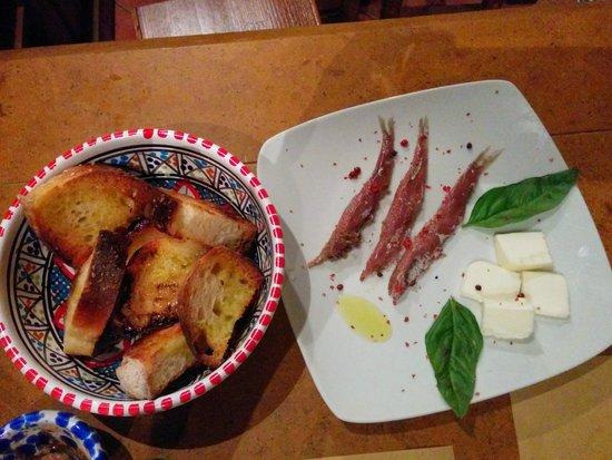 Tra...pani e Vini: Le acciughe servite con pane tostato e burro