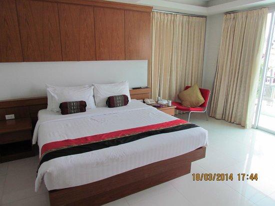 Rayaburi Beach Club Hotel: кровать и большое кресло