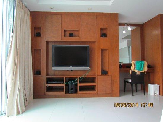 Rayaburi Beach Club Hotel: тв и приставка