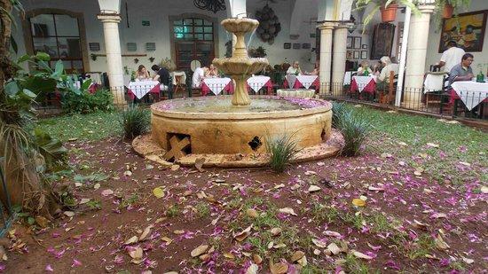 El Meson del Marques: Фонтан в патио