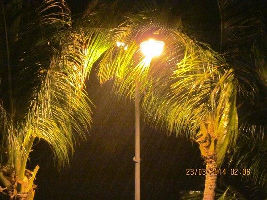 Rayaburi Beach Club Hotel: ливень