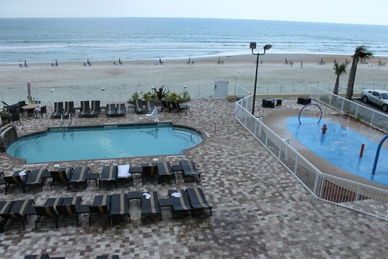 Hampton Inn Daytona Beach/Beachfront: Pool/ splash pad  from room balcony