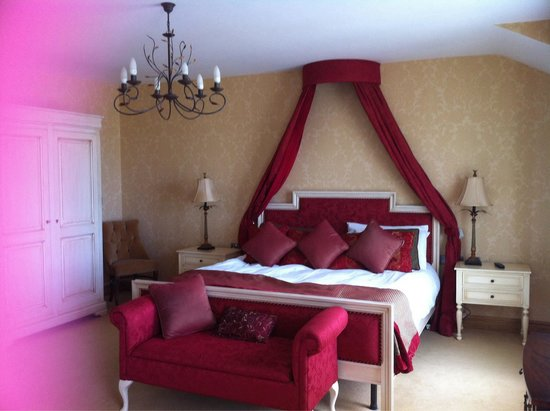 Kettles Country House Hotel: Bedroom in bridal suite
