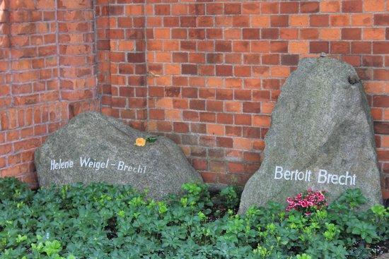 Dorotheenstadt Cemetery : Da kommt man nicht dran vorbei