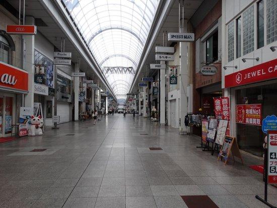 Richmond Hotel Kochi: ホテル入り口は、アーケード街