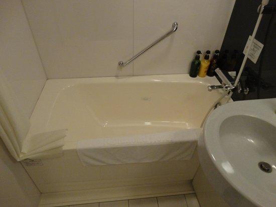 Richmond Hotel Kochi: 一般のBHより広めの浴槽です
