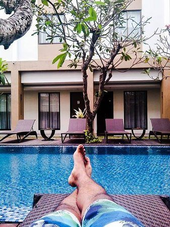 Hotel Santika Kuta Bali: chill at pool