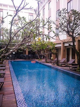 Hotel Santika Kuta Bali : main pol and the only pool
