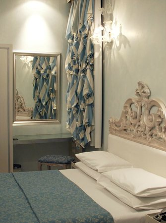 Relais Venezia : Room and bed