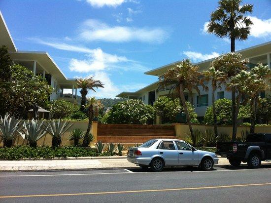 Mövenpick Resort and Spa Karon Beach Phuket: View of Residences from across the street on the beach