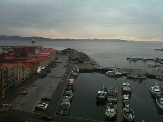Grand Chancellor Hotel Hobart: Dusk from the window if harbourview room