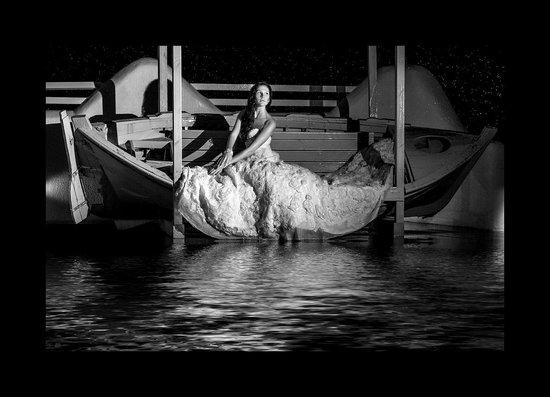 Rena's Rooms & Suites : Ночью у баасейна устроили свадебную фотосессию