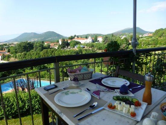 Jennifer Home-Hotel: Frukost på verandan