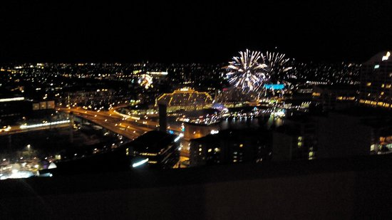 Meriton Serviced Apartments Kent Street: Fireworks on Saturday night from the balcony.