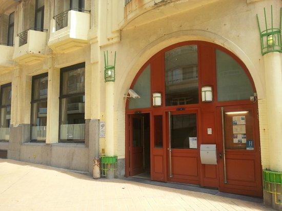 Royal Astor Hotel : hotel entrance