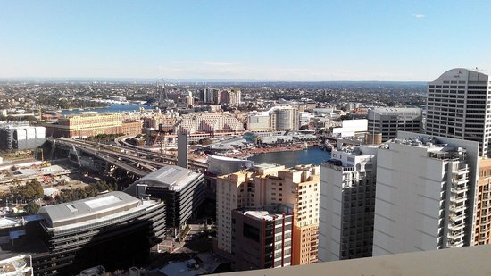 Meriton Serviced Apartments Kent Street: View from the balcony to Darling Harbour.