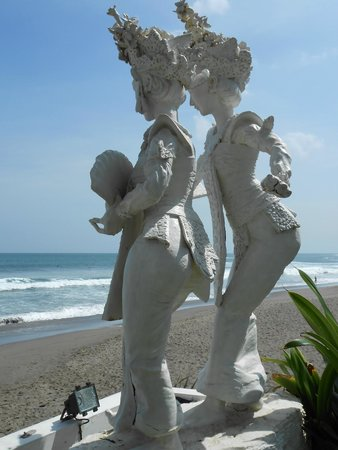 Legong Keraton Beach Hotel: Godess statues looking out to sea
