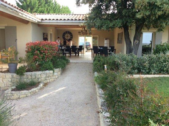 La Bastide au Ventoux: Tuin met doorloop naar ontbijtruimte