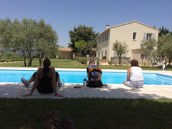 La Bastide au Ventoux: het  zwembad, rechts privehuis en lage gebouw in de verte waren de gastenkamers