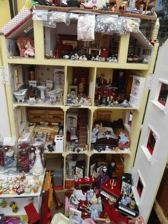 Portobello Road Market: Dollhouses and everything else that goes into them