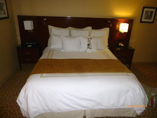 Bakersfield Marriott at the Convention Center: Comfortable king bed with clean sheets and lots of pillows