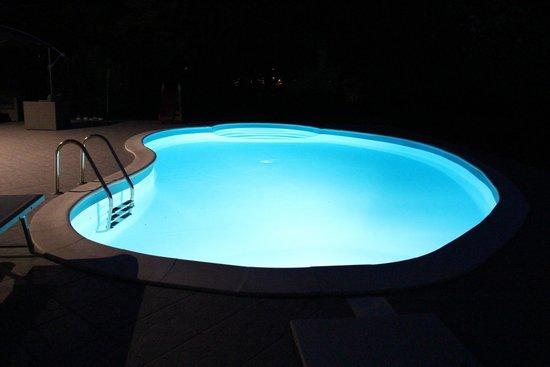 B&B Vanessa House: Pool bei Nacht beleuchtet