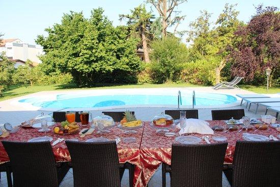 Vanessa House: Frühstück am Pool