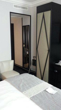 Mercure Paris Wagram Arc de Triomphe : small room but well furnished