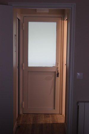 Motel Les Bleuets : Porte d'entrée de la chambre