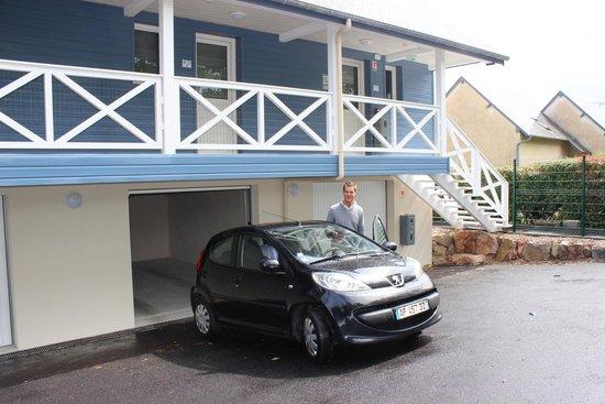 Motel Les Bleuets : Garage juste en dessous de la chambre
