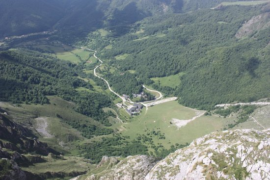 Parador de Fuente Dé: View of the hotel from the mountains