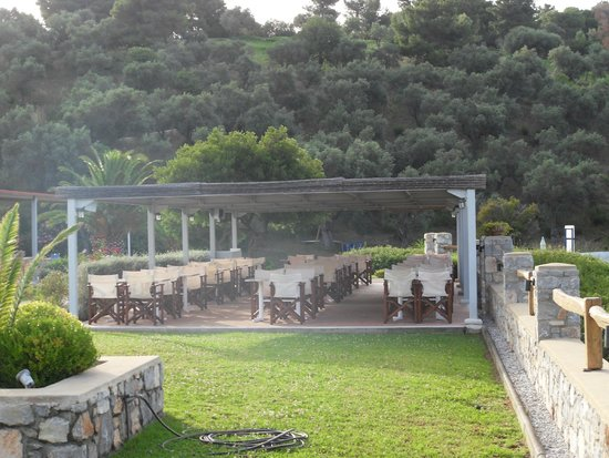 Troulos Bay Hotel: Covered terrace bar/restaurant