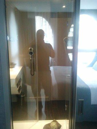 Best Western Premier Why Hotel : Vue salle de bain depuis la chambre