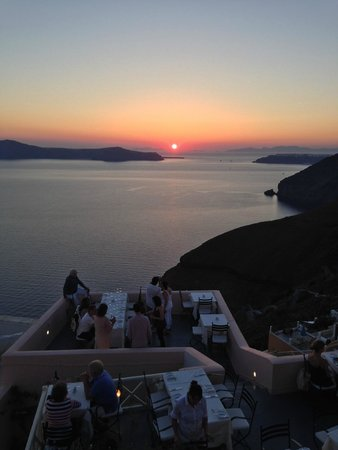 En Plo Boutique Suites : Sunset from the roof top balcony above our room