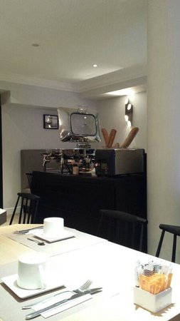 Mercure Paris Wagram Arc de Triomphe: Morning breakfast in the basement cafe - bread, hot food and eggs station